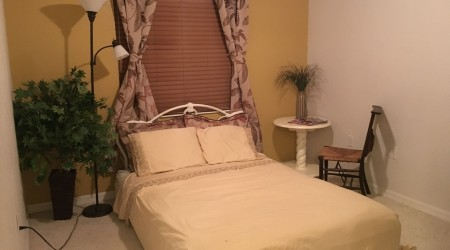 Queen bed-Room w/private bath